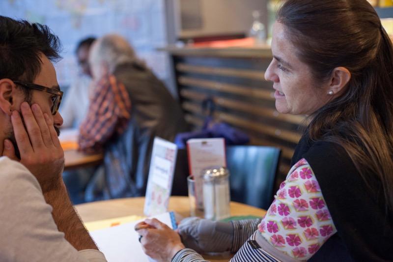 Zwei Teilnehmende sprechen Spanisch im Bistro International in Winterthur